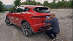 Pozrite si test Jaguaru E-Pace, spravený na jeden záber