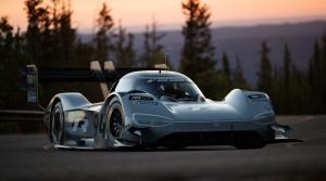 Pozrite si rekordnú jazdu elektrického Volkswagenu na Pikes Peak