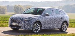 Nová Škoda Scala sa maskovaná predvádza na fotkách a videu