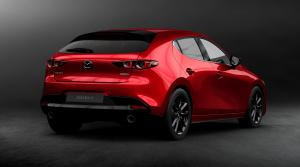 Nová Mazda3 prichádza ako hatchback aj sedan, červená jej pristane