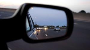 Bliká na vás vozidlo za vami? Polícia vysvetľuje, prečo sa musíte uhnúť