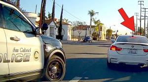 Video: Vodič nabúra a ukradne auto inému účastníkovi nehody