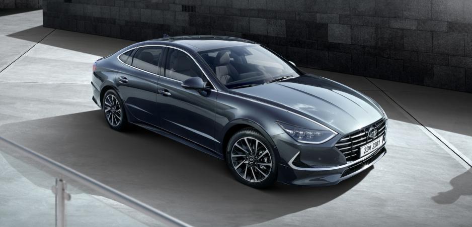 Hyundai ukázal Sonatu. Chrómová lišta sa po naštartovaní zmení na denné svietenie