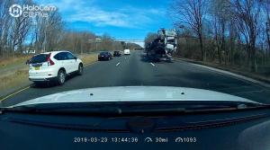 Kamionista neodhadol výšku. V plnej rýchlosti nabúral do nadjazdu
