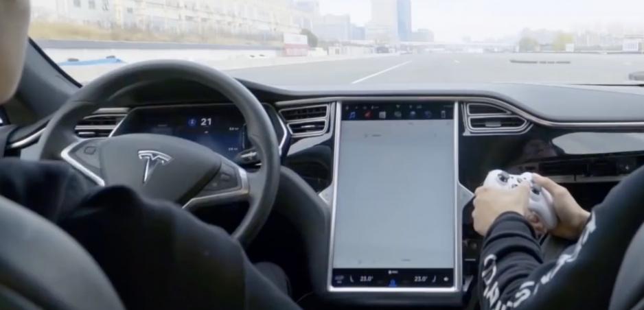 Model S sa podarilo hacknúť. Dá sa ovládať gamepadom