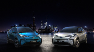 Toyota ukázala v Šanghaji elektrickú verziu C-HR a príbuzný model IZOA