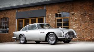 Slávne auto Jamesa Bonda ide do aukcie. Vybavené je aj filmovými vychytávkami
