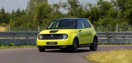 Mestská Honda e dostala do vienka výkonný elektromotor a nízke ťažisko