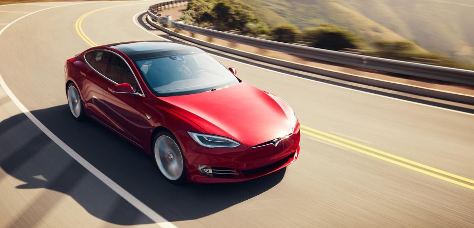 Tesla testuje upravený Model S. Má prekonať Taycan?
