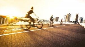 Spolužitie medzi cyklistami a vodičmi na cestách nie je jednoduché, zhodujú sa obe skupiny