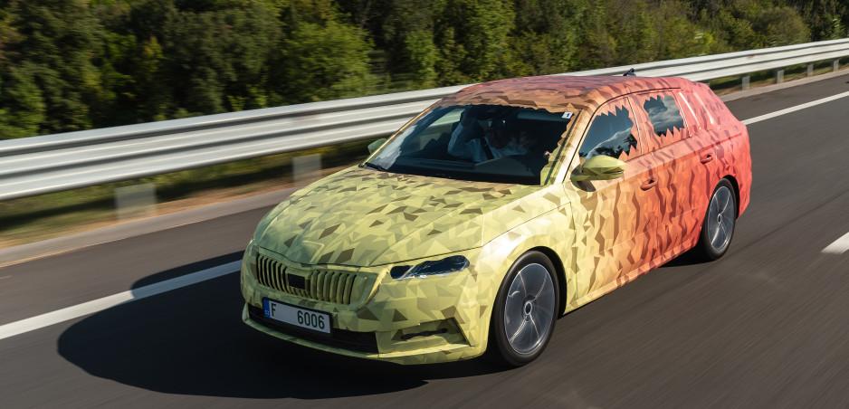 Škoda ukázala maskovanú Octaviu kombi. Dostane väčší kufor a plug-in hybridnú jednotku