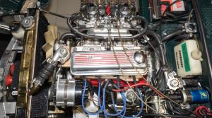 """Vianočná rozprávka, ako Majster zrozprávky """"A je to!"""", opravuje motor."""