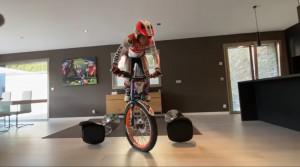 Video: Keď sa cez karanténu nudíš doma a máš motorku